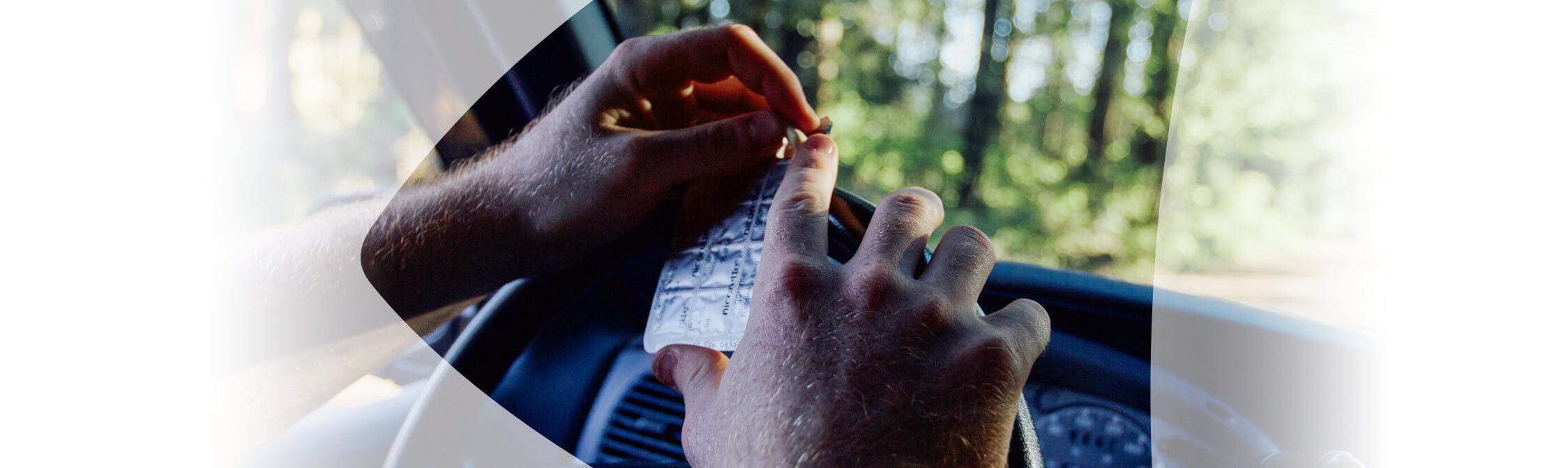Mann greift nach Nikotinkaugummi